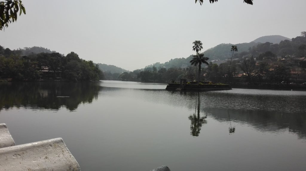 Jezero Kandy Lake - Kandy, cestopis Srí Lanka