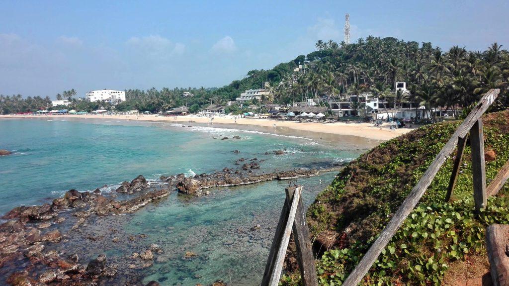 Výhled na celou pláž z vyhlídky, cestopis Srí Lanka