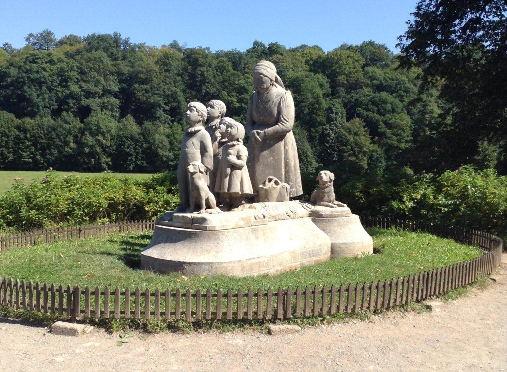 Pomník Babičky a vnoučat, Ratibořice v Babiččině údolí