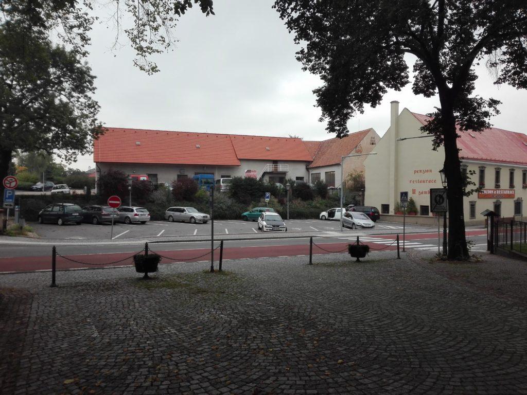 Parkování u zámku ve Slatiňanech, výlet Slatiňany